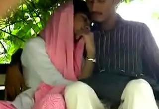 Indian unladylike give handjob to her lover in park
